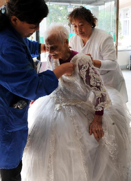 Chen Laikang Who Is 101 Years Old Poses For Photos In A Suit Of Wedding Dress Tianjin North China Oct 13 2010 Realized Her Dream Taking